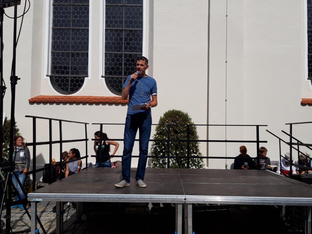 Manuel Neulinger auf dem Kirchplatz in Weilheim